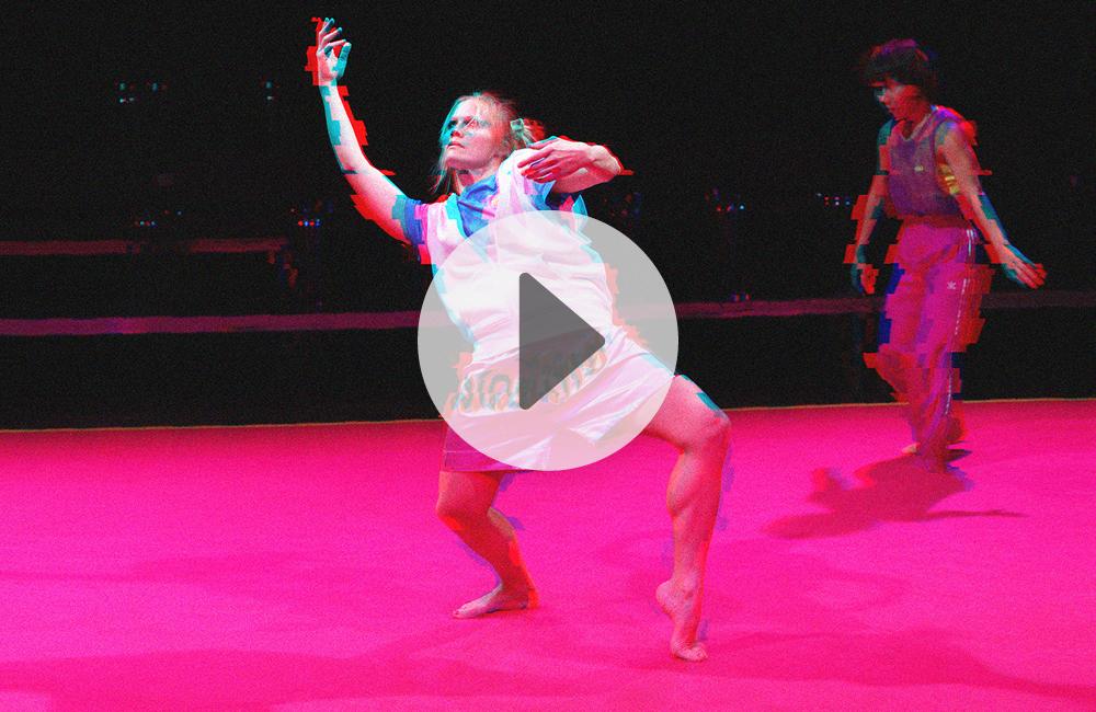 Sie sehen eine Tänzerin aus der Tanzproduktion Futuralgia. Wenn Sie auf das Bild klicken, beginnt die Wiedergabe des Trailers mit Audiodeskription.