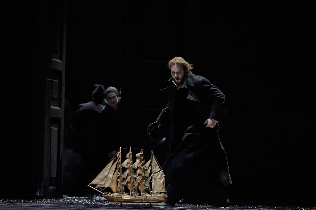 Tobias Kehrer als Daland, Gideon Poppe als Steuermann